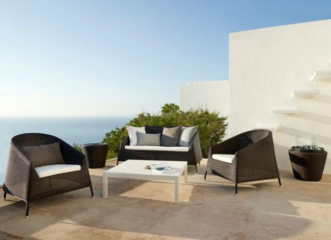 Kolekcja Kingston występuje w kolorze mocca i grafitowym. Dzięki możliwości sztaplowania fotela lounge i sofy, można zaoszczędzić bardzo dużo miejsca. Meble ogrodowe idealnie nadają się na większe balkony i niewielkie tarasy. Kolekcja KINGSTON duńskiej firmy Cane-Line, wykonana została z cienkiego, elastycznego włókna odpornego na działanie zarówno wysokich (+60), jak i niskich temperatur (-60), promienie UV oraz wodę.