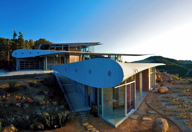 House in Malibu made from salvaged 747 aircraft wings and other parts