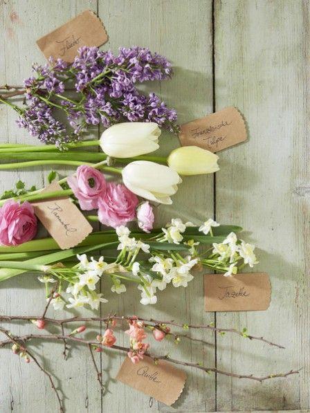 Tulpen, Ranunkeln, Flieder, Tazetten und Quittenzweige sind eine tolle Kombination. Wir zaubern aus ihnen einen wunderschönen Blumenstrauß.