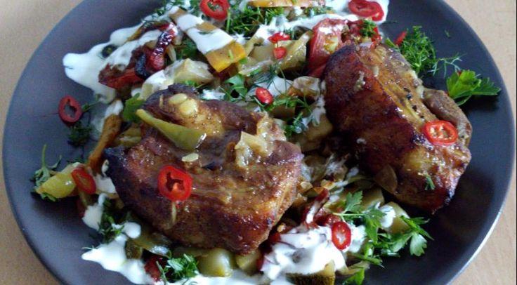 Свиная грудинка, запеченная с сезонными овощами