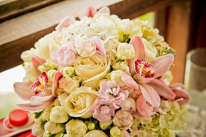 Decoração de casamento por Acervo Sto Antonio. Casamento na praia de Camburi, SP. #casamento #casamentonapraia #wedding #cerimonia #acervostoantonio #festadecasamento #centrodemesa #sousplat #buque #noiva
