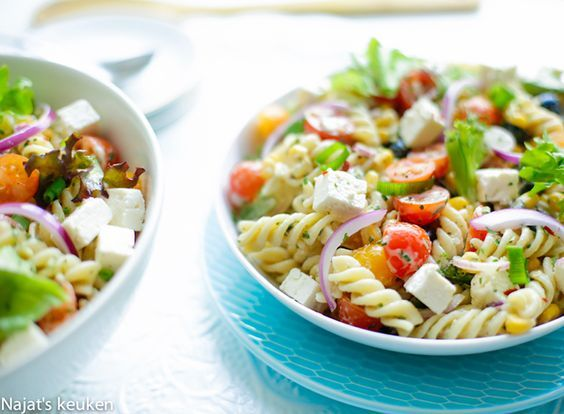 Deze pastasalade tover je binnen 15 minuten op tafel, het is zo fris en de kruidige dressing maakt het gewoon af. Het is makkelijk voor te bereiden want hoe eenvoudiger, hoe beter toch? Salades maken…