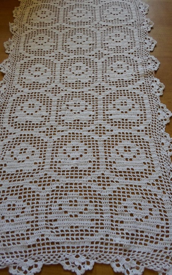 Caminho de mesa em crochê, confeccionado em fio 100% algodão na cor branca, medindo 1m 20 cm x 42 cm.