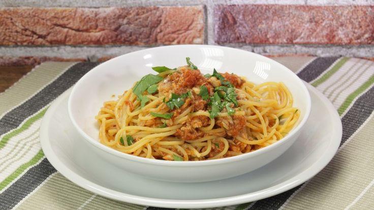 Ricetta Spaghetti allo sgombro: Gli spaghetti con sugo di sgombro sono una ricetta molto semplice ma anche gustosa che si prepara in 10 minuti, giusto il tempo di cottura della pasta.