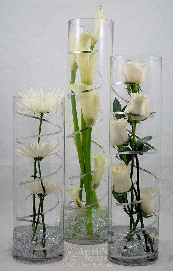Für eine moderne Party. Spinnenmütter, Calla-Lilien, Rosen. LED Lichter sind im Pebb …