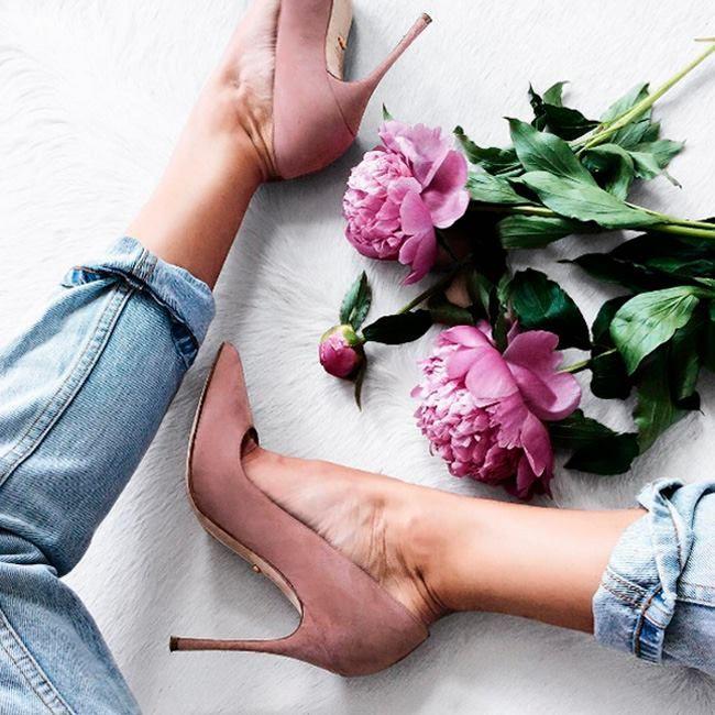 На каблуках можно устать. А вот в джинсах вряд ли! Стильные и комфортные джинсы – идеальный вариант для выходных! Желаем всем отличного отдыха! #stylish & #comfy #blue #jeans are perfect for #chic #weekend #outfit #мода #стиль #тренды #джинсы #модно #стильно #выходные #суббота