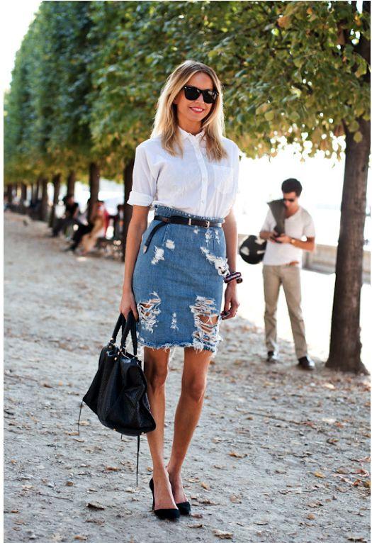 """Segue um """"crossover"""" de duas tendências bem atuais. A saia lápis no jeans cheio de rasgos! Amamos muuuito e já é peça desejo."""