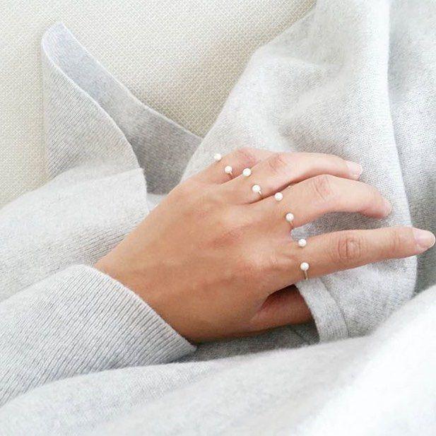 Es gibt keinen Grund, sich bei diesem kalten Wetter nur anzuziehen. Wir lieben es, diese wunderschönen Babyperlenringe von POPPY FINCH zu kombinieren. #regram #perle …