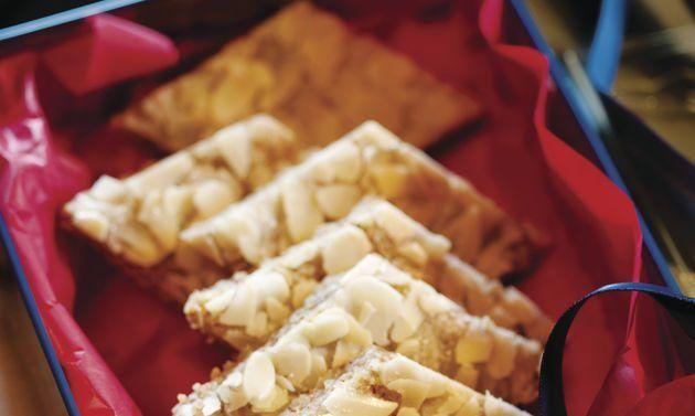 Mandel-Zimt-Guetzli: Teig: Mandeln, Zucker, Mehl, Zimt und Salz mischen. Butter, Eigelb und Ei dazugeben, kurz verrühren, zu einem Teig zusammenfügen. Teig ...
