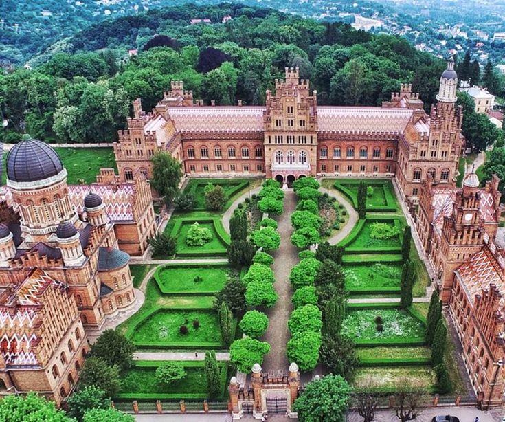 Митрополичий палац в Чернівцях – унікальний архітектурний комплекс у мавритансько-візантійському стилі і один з найкрасивіших палаців України