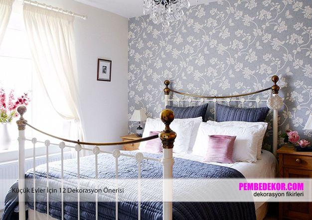 Yatak odalarında açık renk tonlarını kullanmanız gerekiyor. Ya da buradaki gibi bir duvarda beyaz renkler ve açık mavi renkli duvar kağıdı kullanabilirsiniz. Odalarınızda farklı renkleri