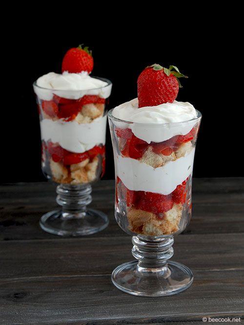 Трайфл (trifle - в переводе пустяк) - традиционный английский десерт, состоящий из печенья или бисквита, фруктов, ягод, прослоенных кремами или взбитыми сливками.