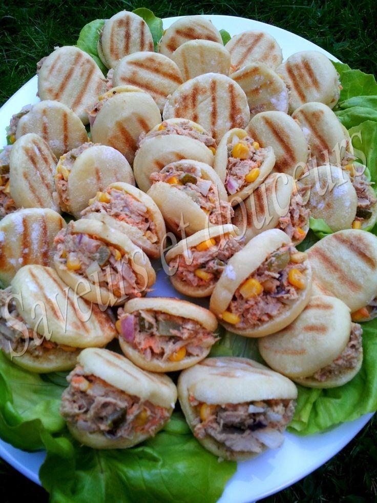"""Très bonnes bouchées, idéal pour une entrée ou même un pique nique. Recette du blog """"Ma fleur d'oranger"""", vous pouvez garnir les minis batbouts selon votre goût, moi j'ai choisi thon, oignon rouge, cornichon, maïs, carotte... . Ingrédients: Pour la pâte:..."""