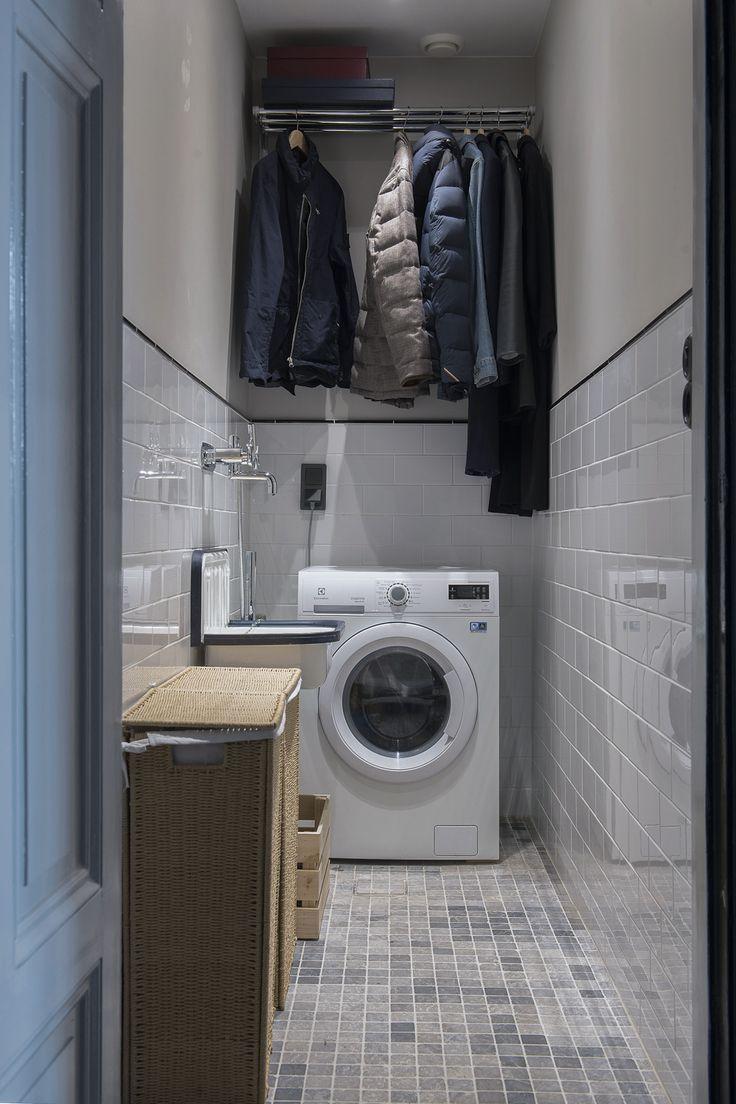 Välkommen att uppleva en totalrenoverad och osannolikt fin lägenhet som täcker det mesta. Grundinspirationen kommer från den belgiska stilen som fått en skandinavisk touch för att leva i linje med lägenhetens och fastighetens ursprung. Varenda del av bostaden har sin funktion, och inget är lämnat till slumpen. En investering i både detaljer och helhet. Det höga läget och takhöjden i lägenheten gör att ljuset obehindrat flödar in. All målarfärg i lägenheten kommer från Farrow & Ball.Funkt...