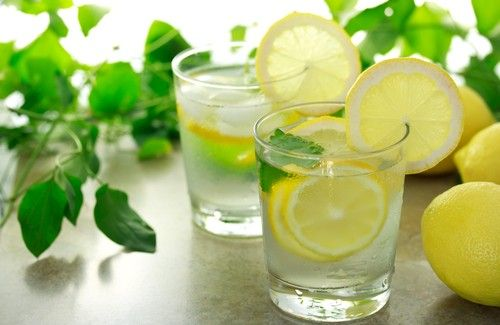 ¿Es bueno beber agua con limón caliente en las mañanas?