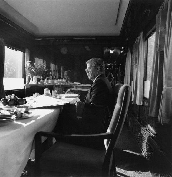 hier der damalige Bundeskanzler Helmut Schmidt an seinem provisorischen Arbeitstisch im Salonwagen des Wahlkampf-Sonderzuges im Wahljahr 1980.