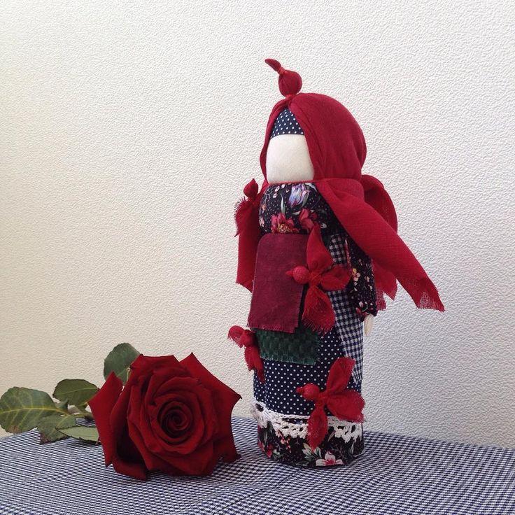 Птица Радость Верили, что если женщине птица села на голову, плечо или руку, весь год у ней будет счастливым и удачным. Птицы несут с собой ключи от счастья, тепло и свет. Эта кукла поворачивает время на весну, а жизнь - на радость. Обряд кликанья весны проводили в день весеннего равноденствия, а кукол делали 21-22 марта.