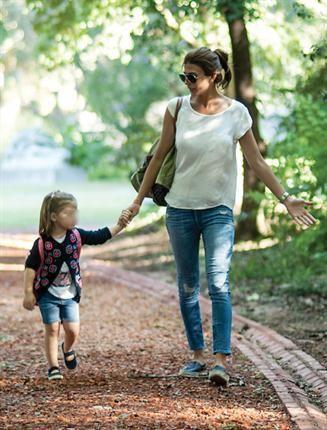 Juliana Awada y un paseo de otoño de la mano de la pequeña Antonia Macri…