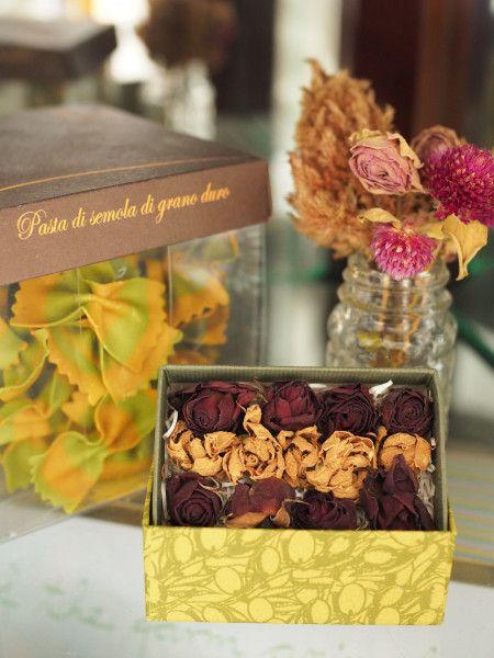 真似したくなる♡ドライフラワーの作り方&おしゃれなアレンジアイデア ... チョコレートみたいなかわいく並んだバラの花です。ドライフラワーをプレゼントにするってなかなか斬新。贈ったあと長く楽しんでもらえそう!