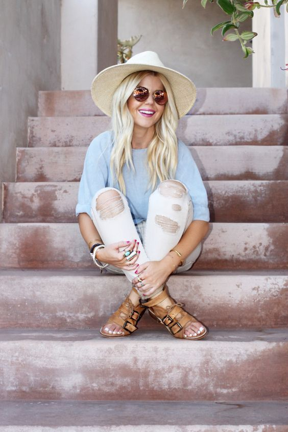Wat een perfecte en vrolijke lente outfit, het enige dat nog mist is een zomerjas! #mode #inspiratie #dames #vrouwen #gescheurde #broek #sandalen #hoed #zonnebril #fashion #inspiration #women #sunglasses #hat #sandals #distressed #jeans