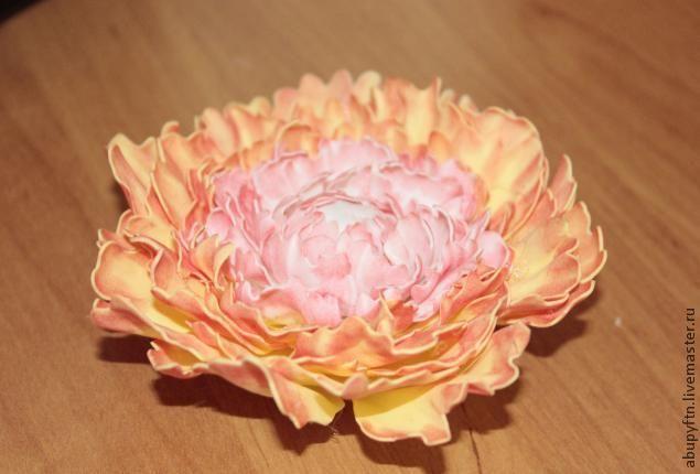 Хочу представить вашему вниманию мой вариант пиона из фоамирана... 1. В этом цветке использую 2 цвета — белый и желтый; 3 маленькие заготовки по 2 шт. белые и 3, по 2 шт. желтые. 2. Шаблон лепестков цветка: Вырезаем каждой по 2 шт: 3. Примерные размеры. 4. &hellip…