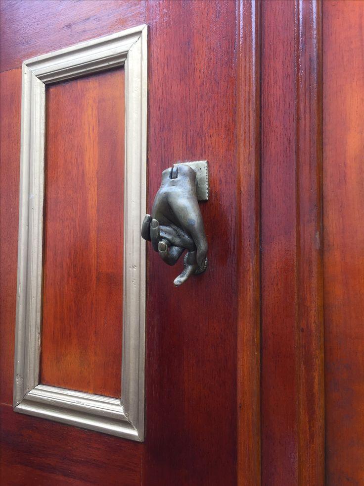 Puertas curiosas en el centro histórico de Bogotá.