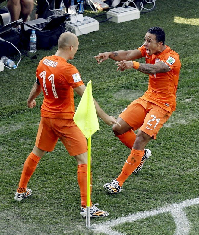 FIFA World Cup 2014 - Holanda 2 Chile 0  (6.23.2014) Netherlands' Memphis Depay (21) celebrates with Netherlands' Arjen Robben after Depay scored his side's second goal during the group B World Cup soccer match between the Netherlands and Chile at the Itaquerao Stadium in Sao Paulo, Brazil, Monday, June 23, 2014. Thanassis Stavrakis / AP
