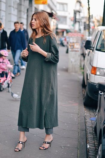 A combinação vestido com calça é sempre uma aposta arriscada, porém, garantimos que com as peças certas resultam em um visual de peso.