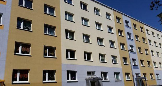 Während der deutsche ALG-2-Empfänger vom Amt nur eine geringe Summe für die Wohnung zugestanden bekommt, kennt man bei den neu zugewanderten Syrern, Afghanen & Co nur die Mietpreisobergrenze als Limit. Das wirft Fragen auf. Vor allem braucht man sich über den Erfolg der AfD nicht zu wundern.