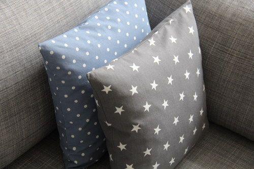 Hvězdy na šedé s modrým puntíkem.  Originální dekorativní bavlněné povlaky na polštáře, šité z kvalitní designované 100% bavlny vyšší gramáže, k zútulnění vašeho domova.