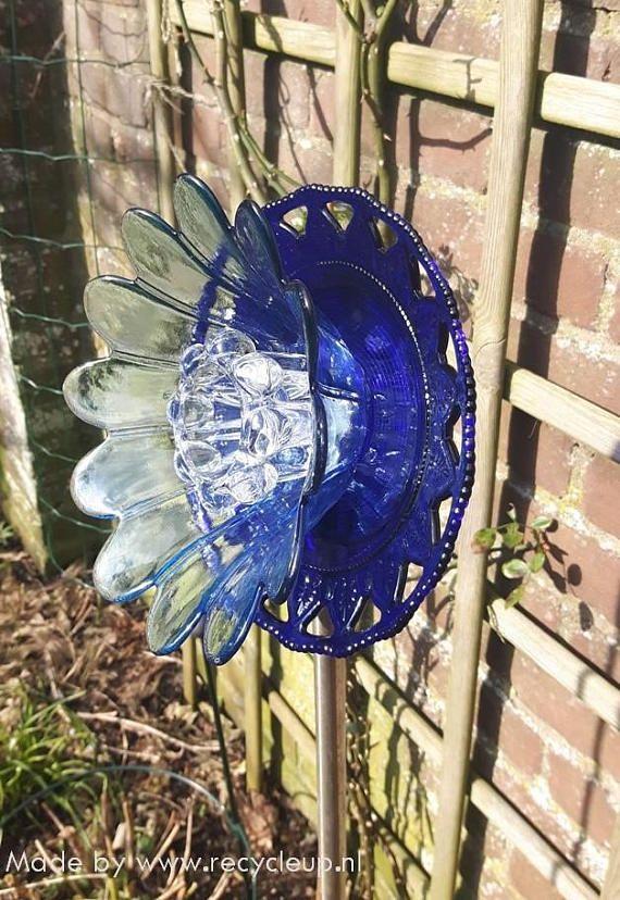 Deze glazen bloem blauw, met een lepel als stam, is gemaakt van vintage glas en bestaat uit een blauw glazen bord en blauwe bloem schaal met een clear glazen kandelaar. Tip: Bepaal de hoogte van de bloem in je tuin zelf. Plaats de lepel in bijvoorbeeld een koperen buis die een lengte