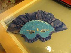 Masque vénitien : 1/2 assiette et du papier de soie, de la colle glitter. Effet spectaculaire