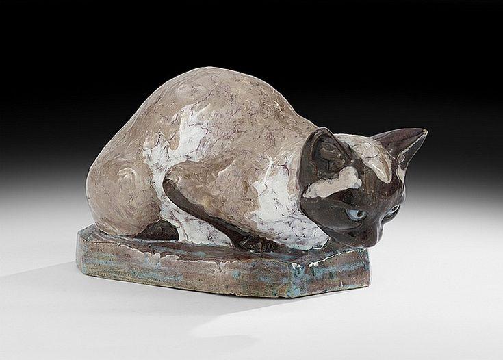 """Stella Ребекка Crofts (англичанка, 1898-1964) - Нью-Орлеан Auction Galleries Ориентировочная цена: 900 $ - 1200 $  керамическая скульптура сиамской кошки, около 1920 г., подписано «Стелла Р. Крофтс, 1920» на базе, ч. 7 """", ш. 11-3 / 4""""."""
