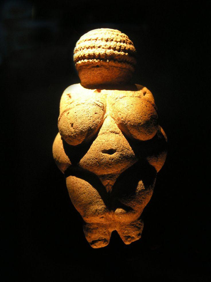 Paleolítico. Nombre: Venus de Willendorf Antigüedad: 22.000 años Época: Paleolítico Ubicación: Museo de Historia Natural de Viena. El motivo por el que he decidido abrir mi sala con esta figura es porque me parece una de las más curiosas del Paleolítico y como ya dije en una tarea anterior, tenemos muchísimas imágenes de Venus, pero en todas nos muestra su esbelta figura, cosa que no pasa con esta imagen que os muestro.