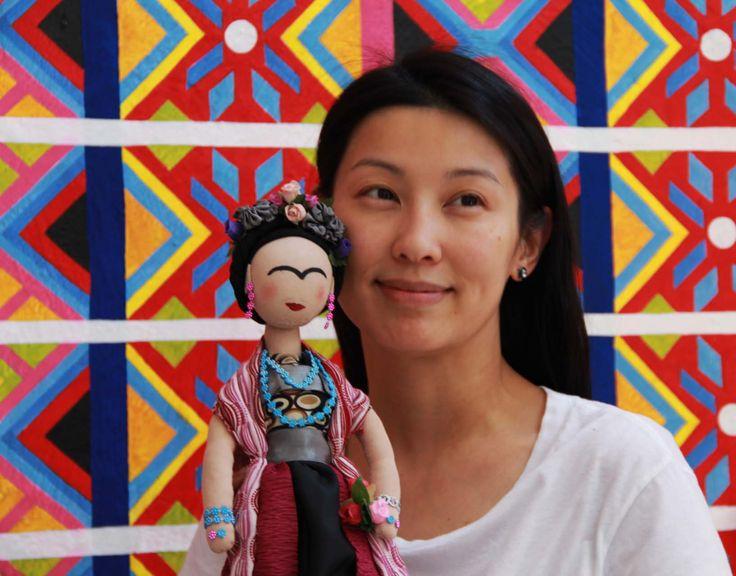 Joven hongkonesa junto a Frida