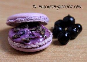 Macaron cassis et chocolat croquant à la violette