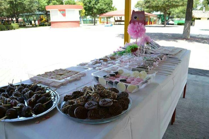 Mesa de postres 1: Oreos, suavicremas, fresas, manzanas y bombones cubiertos de chocolate