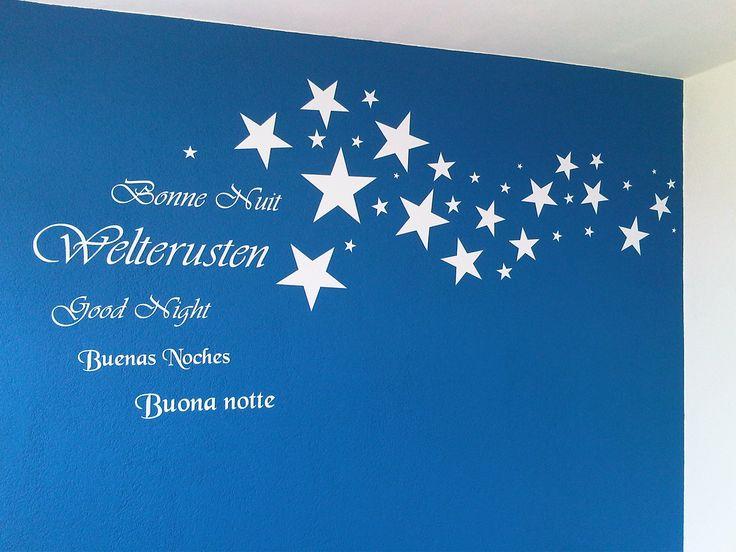 onze babykamer, althans een muur. Later nog zilveren sterren toegevoegd en blauwe door laten lopen op de muur en plafond. Heel blij mee.