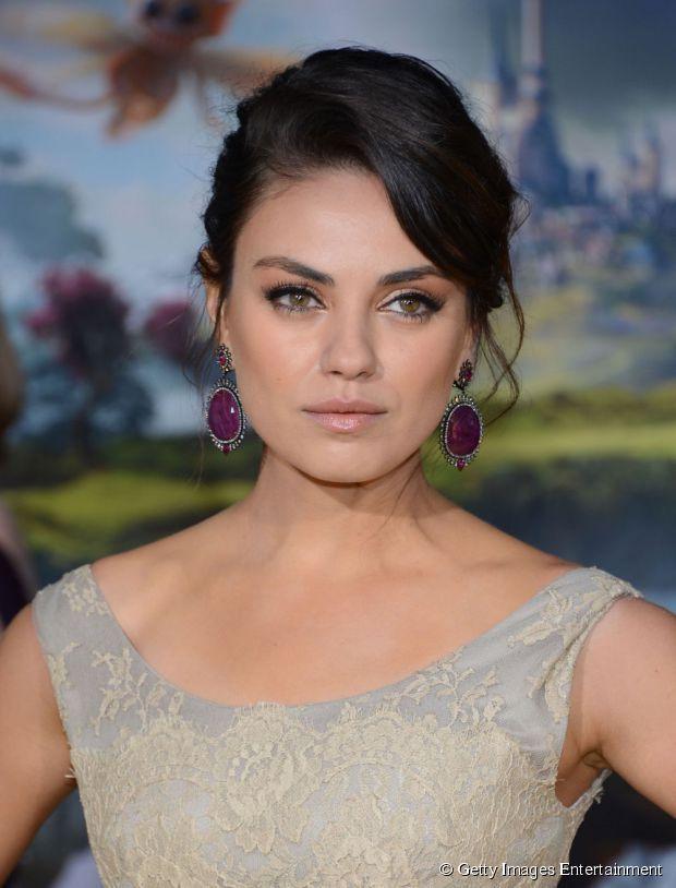 Em rostos redondos, os penteados precisam ter volume, como no de Mila Kunis.