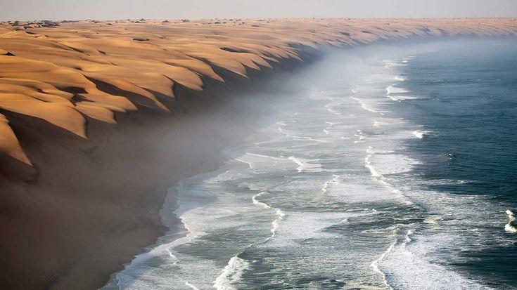 В пустыне Намиб расположены одни из самых высоких и самых зрелищных песчаных дюн в мире. Эти дюны растягиваются вплоть до края Атлантического океана, создавая поистине волшебный вид.