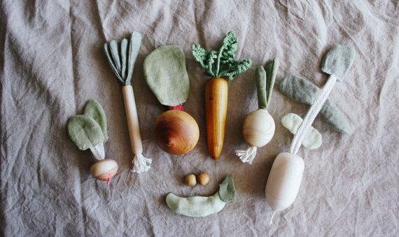 Faire semblant de jouer jouets légumes - Play alimentaire Set - matériaux Montessori - jouets Waldorf  Le jeu se compose de 7 légumes et 7 cartes avec des photos. Jouets en bois de différentes espèces, combiné avec un chiffon en lin et coton. La cosse de