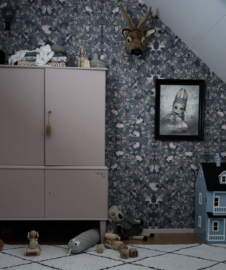 Gorgeous nursery room by Towe Rønne @towerp feauturing Garbo & Friends wallpaper Fauna #wallpaper #scandinavianstyle #kidsroom #roomdecor #photowallsweden