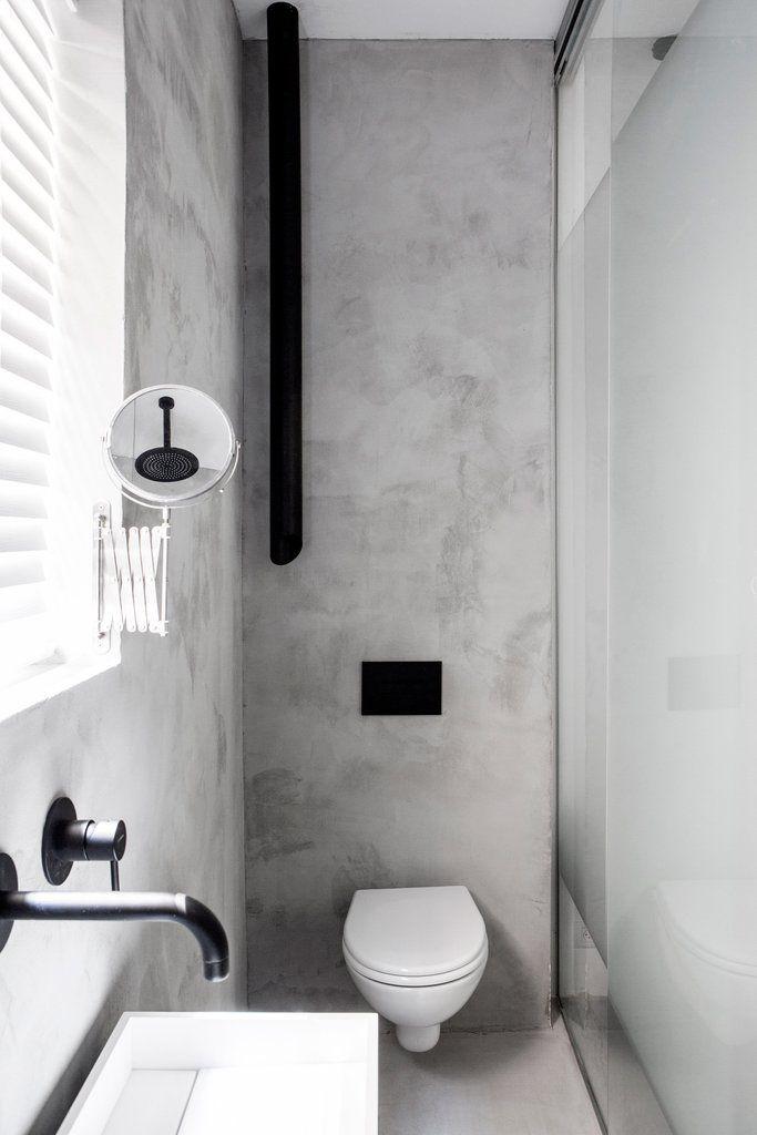 Ванна в гостевой спальне находится у стены с окном и отделена от спальни матовой стеклянной перегородкой, чтобы свет свободно проникал в спальню. .