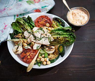 Grillad sallad är en lika fräsch som snabblagad sommarlunch. Harissayoghurten gör du genom att blanda mezeyoghurt med chilipasta. Servera de grillade grönsakerna med marinerade kikärtor och kyckling!