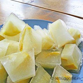 Heerlijk verkoelende ijsblokjes met citroensmaak en stukjes citroen. Heerlijk in een glas water of in de cola of martini.