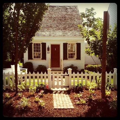 Red door with white picket fence cottages pinterest for Pictures of cozy homes