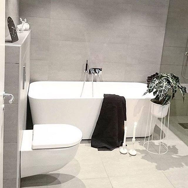 Alt blir bedre med badekar  Her hjemme hos @funkis.krsand . Takk for at du deler ditt flotte baderom med oss!  #cozyhome baderom #vikingbad #bathroom #bathroominspo #baderomsinspo #mittbademiljø #bademiljø #baderom #baderomsinspo #nyttbad #interiør #vikingbad : @funkis.krsand