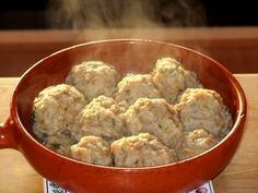 Pain rassis /// Knödel -      L'équivalent d'une baguette rassie, soit environ 200 à 250 g de pain     100 g de farine     2 œufs battus     1 oignon     Un petit bouquet de persil     Sel & poivre     Un peu de muscade     200 ml de lait     1 cuillère à café de bouillon de légumes déshydraté (ou un cube)