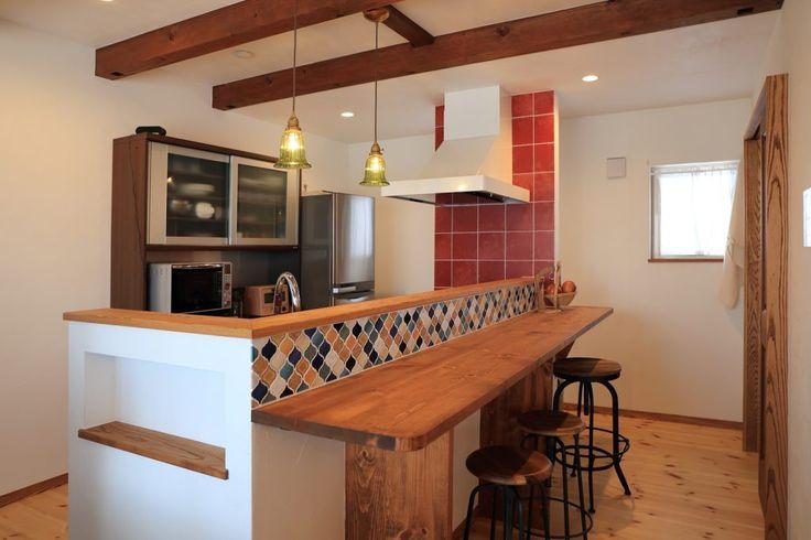 色とりどりのタイルで楽しむ トルコ風インテリアの家 カウンターキッチン レイアウト 家 キッチンインテリアデザイン