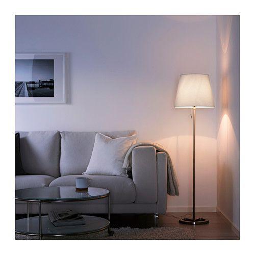 IKEA NYFORS staande lamp In hoogte verstelbaar en aan te passen aan je verlichtingsbehoefte.